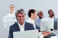 企业纵向微笑的小组工作 免版税库存图片