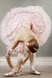 修理她的拖鞋的舞蹈演员新 免版税库存图片