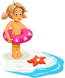 婴孩海滩女孩海星 免版税图库摄影