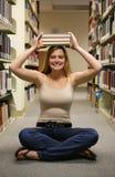 女孩图书馆 库存照片