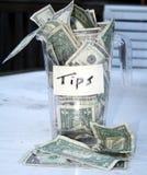 杯子溢出的技巧 免版税库存图片