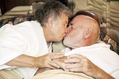 夫妇晚安亲吻前辈 图库摄影