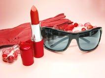 辅助部件手套唇膏红色太阳镜妇女 库存图片
