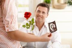产生怀孕的人上升了到妇女 免版税库存照片