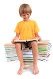 登记男孩愉快的读取 免版税库存图片