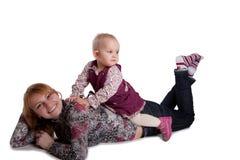 女儿愉快的矮小的母亲 免版税库存图片