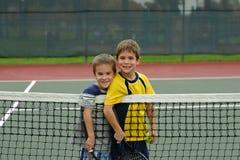 打网球二的男孩 免版税库存照片