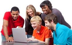 在学院计算机多种族学员附近 免版税库存照片