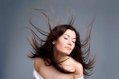 красивейшие детеныши женщины волос летания Стоковые Фото