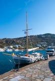 钓鱼希腊国家端口的小船 免版税图库摄影