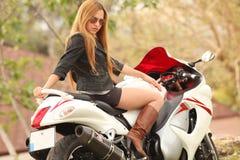 美丽的摩托车妇女 免版税库存照片