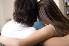 男孩拥抱的女孩 免版税库存照片