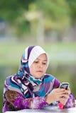她的演奏妇女的移动电话 免版税库存图片