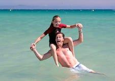 отец дочи пляжа играя детенышей моря Стоковые Изображения RF