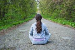 усаживание дороги девушки пущи среднее Стоковое Фото