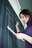 黑板俏丽的学员文字年轻人 免版税库存图片
