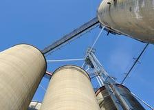 зерно лифтов ящиков смотря вверх Стоковые Изображения