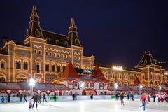 莫斯科晚上红色溜冰场滑冰的正方形 库存照片
