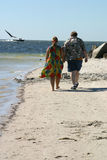 漫步海滩的夫妇 免版税库存图片