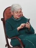 移动老电话妇女 免版税库存照片