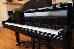 μεγάλο απομονωμένο πιάνο Στοκ εικόνα με δικαίωμα ελεύθερης χρήσης