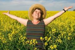 женщина старшия рапса поля Стоковая Фотография