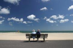 放松退休的前辈的夫妇 库存照片