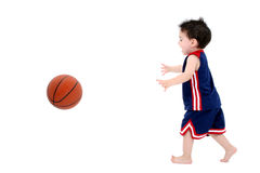 在演奏小孩白色的可爱的赤足篮球男&# 免版税库存图片