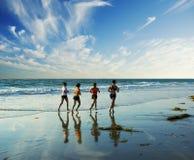 沿跑步的海浪 免版税库存图片