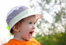婴孩帽子笑室外 免版税库存照片