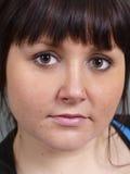 变褐被注视的女孩 免版税库存照片