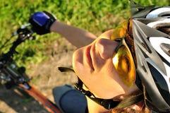 年轻人的接近的骑自行车者 库存图片
