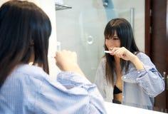 妇女在卫生间里 库存照片