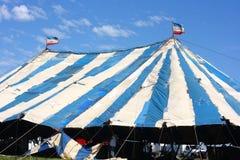马戏下建筑帐篷 免版税库存照片