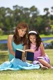 书在一起读之外的女儿母亲 免版税库存图片