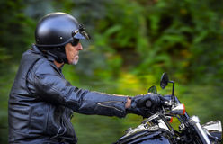Человек мотовелосипеда имеет свободу Стоковая Фотография RF