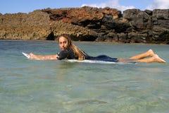 塞西莉亚・恩利克兹女孩夏威夷冲浪&# 免版税图库摄影