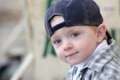 棒球帽逗人喜爱的孩子 免版税库存照片