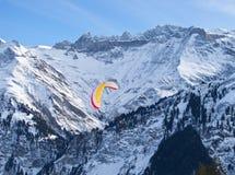 阿尔卑斯山滑翔伞 免版税库存照片