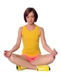 практикуя детеныши йоги женщины Стоковая Фотография RF