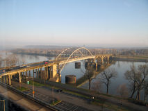 在河的平底船桥梁 库存照片