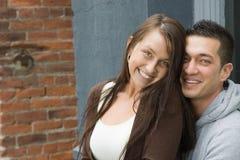 夫妇不同的愉快的非常年轻人 免版税库存图片