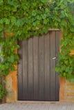 木古老门前面房子的石头 免版税库存图片