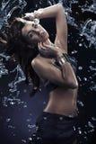 在水下落之中的惊人的舞蹈 免版税库存照片