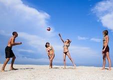 演奏排球年轻人的海滩人 库存照片