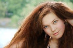 女孩红发年轻人 免版税图库摄影