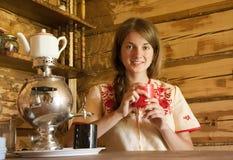 传统女孩的俄国式茶炊 免版税图库摄影