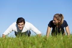 执行草推进夏天的夫妇上升 免版税图库摄影