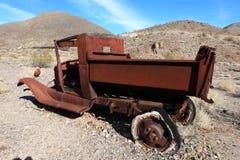 汽车旧货老生锈的围场 免版税图库摄影