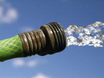 橡胶软管射击水 免版税库存照片